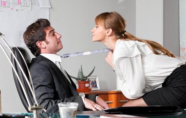Namorar No Ambiente De Trabalho Requer Limites